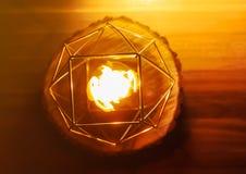 Handen - gjorde bivaxstearinljuset i en candleholder på träskiva royaltyfri fotografi