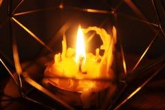 Handen - gjorde bivaxstearinljuset i en candleholder på träskiva royaltyfria bilder