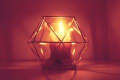 Handen - gjorde bivaxstearinljuset i en candleholder på träskiva fotografering för bildbyråer