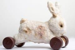 Handen - gjorde leksaken retro tappningkanin på hjulet arkivfoton