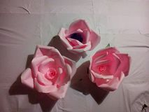Handen - gjorde rosa blommapic arkivbilder