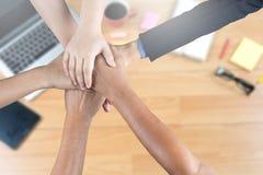Handen grupperar tillsammans Arkivbild