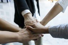 Handen grupperar tillsammans makt för kontorsteamworkshow Arkivbild