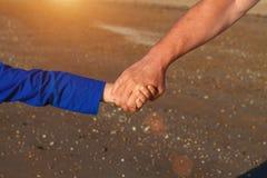 Handen - in - handfarsan rymmer närbild för hand för son` s royaltyfri bild