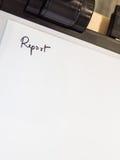 Handen het schrijven van het woordrapport in Witboekblad Royalty-vrije Stock Fotografie