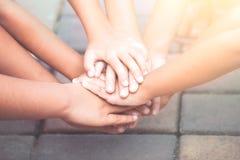 Handen houden en kinderen die samen spelen Stock Afbeelding