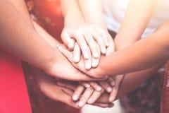 Handen houden en kinderen die samen spelen Royalty-vrije Stock Foto's