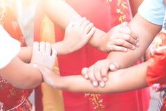 Handen houden en kinderen die samen spelen Stock Afbeeldingen