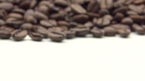 handen 4k tar de grillade kaffebönorna Ingrediens för att förbereda kaffe arkivfilmer