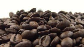 handen 4k tar de grillat bönorna och falla för kaffe Ingrediens för kaffe lager videofilmer