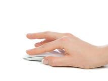 Handen klickar på den moderna datormusen Royaltyfria Bilder