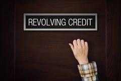 Handen knackar på att kretsa krediteringsdörren fotografering för bildbyråer