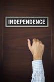 Handen knackar på självständighetdörr Arkivbild
