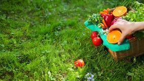 Handen korrigerar gr?nsaker och frukt i tr?korg fr?n den beigea torkduken Prores ultrarapid, 4k lager videofilmer