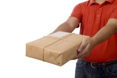Handen levererar en packe Arkivbild