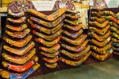 Handen målade bumeranger på en souvenir shoppar, irländaremarknaden royaltyfria bilder