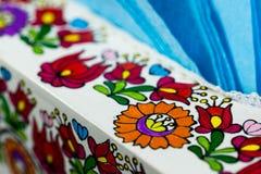 Handen målade den färgrika ungerska modellen på servetthållare på den lokala restaurangen arkivfoto