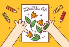 Handen med blyertspennan drar ett kort med blommor Gratulera! Gör linjen lägenhetdesignkort tunnare i lager vektor för baner eps1 royaltyfri illustrationer