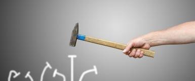Handen med en hammare stoppar till spikar Arkivfoton