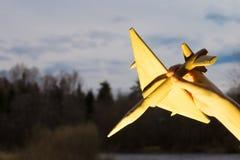 Handen med ett träflygplan på bakgrunden av solnedgången 159 aero alca l Royaltyfria Bilder