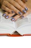 Handen met boek Stock Fotografie