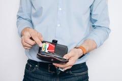 Handen met bruine portefeuille met creditcards stock afbeelding