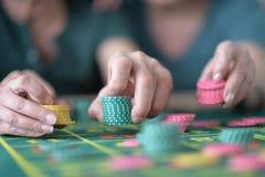 Handen met Casinospaanders Royalty-vrije Stock Afbeeldingen