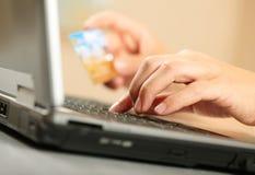 Handen met creditcard en laptop Royalty-vrije Stock Afbeelding
