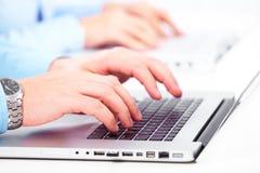 Handen met een computertoetsenbord. Royalty-vrije Stock Foto's