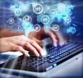 Handen met een computertoetsenbord. stock afbeeldingen