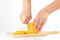 Handen met een mes gesneden kaas op scherpe raad Royalty-vrije Stock Foto