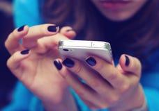 Handen met een mobiele telefoon Stock Foto's