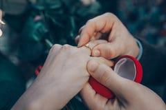 Handen met een ring royalty-vrije stock afbeelding