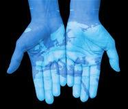 Handen met Europa, getrokken kaart van Europa Stock Fotografie