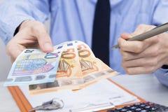Handen met geld en rekeningen royalty-vrije stock afbeeldingen