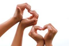 Handen met harten op een witte isolatie als achtergrond, het concept liefde en verhoudingen royalty-vrije stock afbeeldingen