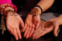 Handen met henna worden verfraaid die Stock Foto's