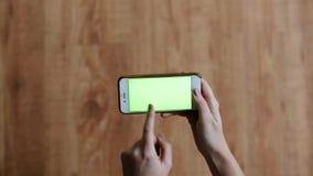 Handen met het chroma zeer belangrijke groene scherm op smartphone stock videobeelden