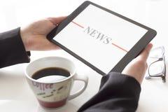 Handen met het nieuws van de tabletlezing Stock Afbeelding