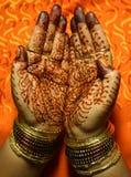 Handen met het ontwerp van de Henna Stock Afbeeldingen