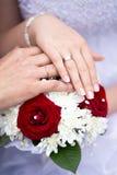 Handen met het paar van het ringenhuwelijk Stock Afbeeldingen