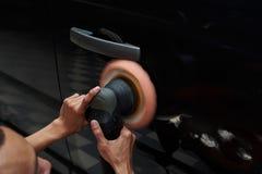 Handen met het poetsmiddel van de daulactie stock afbeeldingen