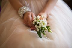 Handen met huwelijk bouqet stock afbeeldingen