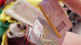 Handen met kaartje en geld stock footage