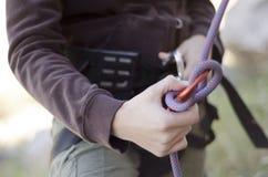 Handen met kabel en het beklimmen van toestel Stock Fotografie