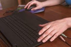 Handen met lange vingers over het laptop toetsenbord Royalty-vrije Stock Foto's