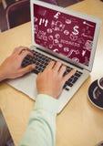 Handen met laptop die witte bedrijfskrabbels en kastanjebruine achtergrond tonen stock afbeelding