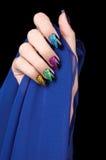 Handen met perfecte het fonkelen kleurrijke manicure Stock Afbeeldingen