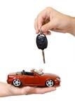 Handen met rode auto en sleutel Stock Foto