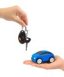 Handen met sleutels en stuk speelgoed auto Royalty-vrije Stock Afbeelding
